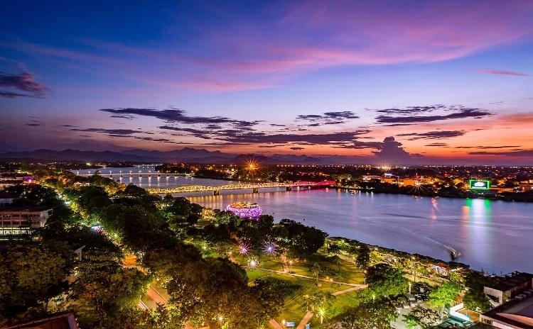 TRANG TIEN BRIDGE HUE, VIETNAM